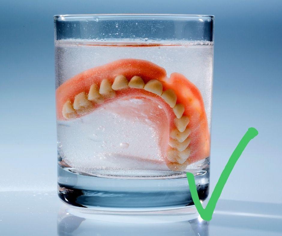 วิธีการดูแลฟันปลอม ที่ถูกต้อง